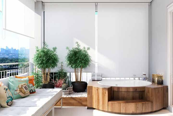 O elemento madeira pode ser representado na varanda por meio de um deck ou objetos de fibra natural, como a palha