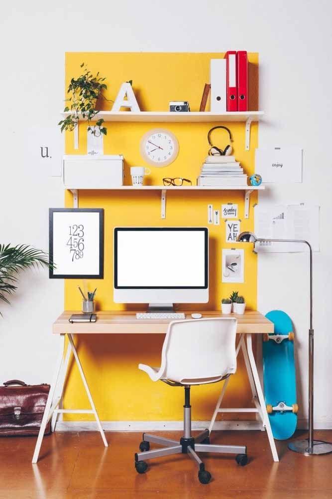 O amarelo representa o elemento terra, que estimula a concentração e a criatividade. Por isso é uma boa opção para escritórios ou cantinhos de estudo