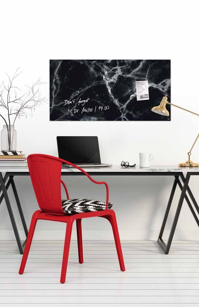 O preto é a cor mais intensa, por isso deve ser combinado com outras cores, pois em excesso causa sensações desconfortáveis. Essa cor pode ser aproveitada para Home Office junto com a cor vermelha como representante do sucesso