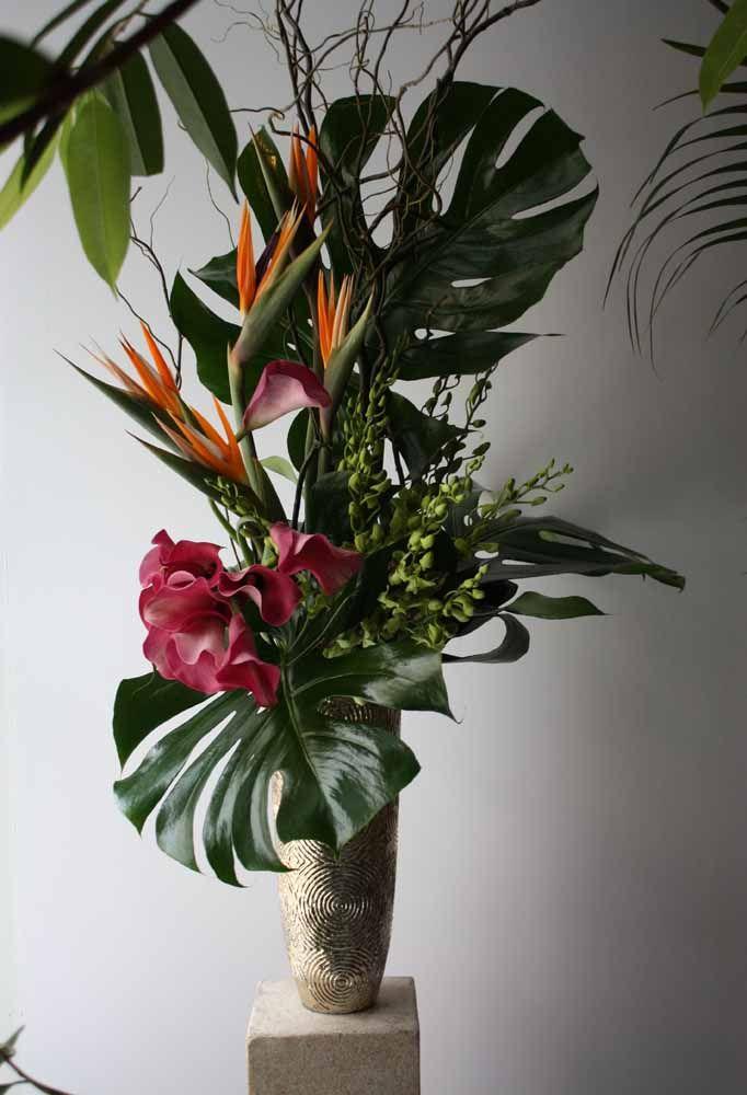 Arranjo tropical feito com folhas e flores tropicais na versão artificial