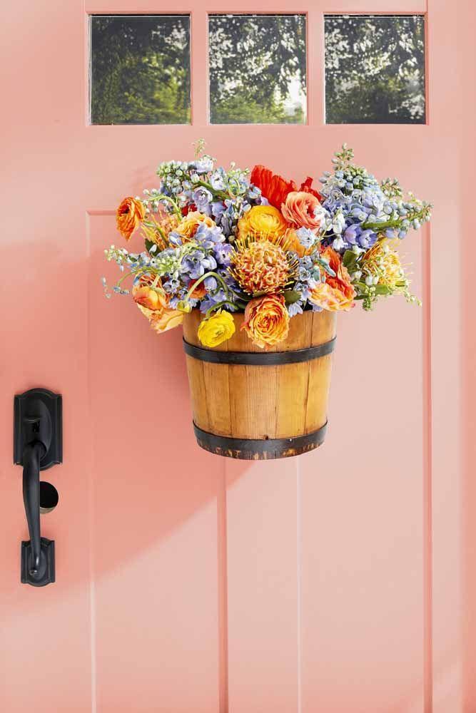 Um arranjo de flores do campo cheio de cores e formas para decorar a entrada da casa