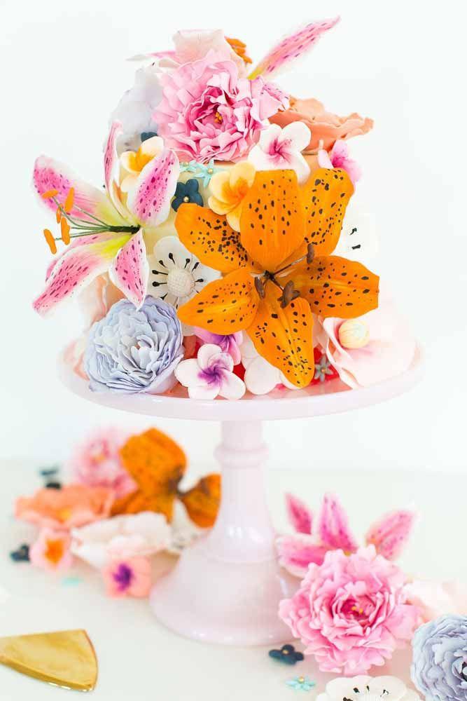 Aqui, as flores artificiais foram usadas para decorar o bolo