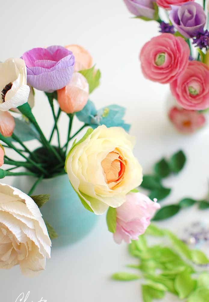 O arranjo com flores de papel não foi feito para parecer realista, mas para trazer um charme e delicadeza diferenciado ao ambiente