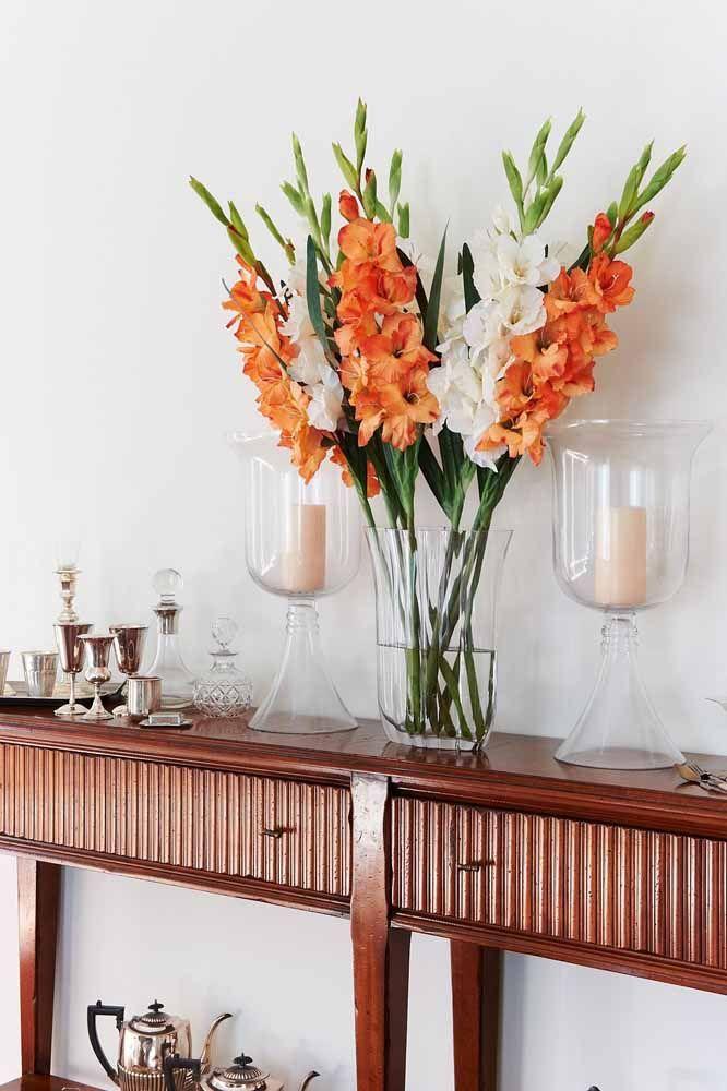 Junto ao restante da decoração, esse arranjo de palmas passa tranquilamente por flores naturais
