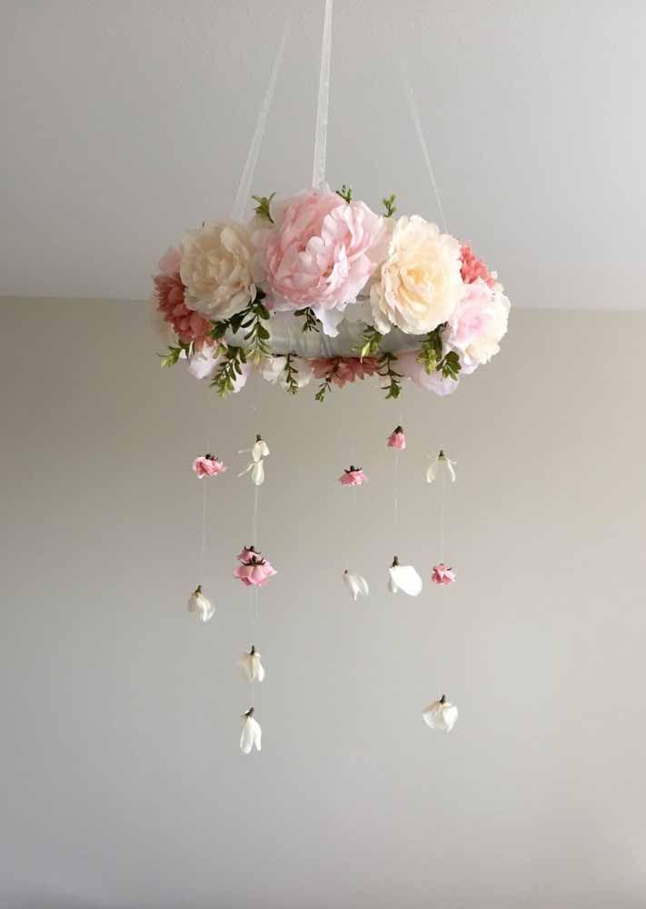 Fitas e flores na luminária: não podia ser mais delicado