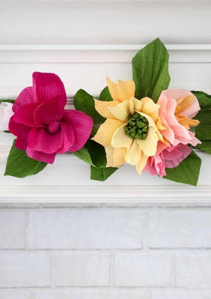 Flores de papel crepom feitas com muito cuidado e capricho