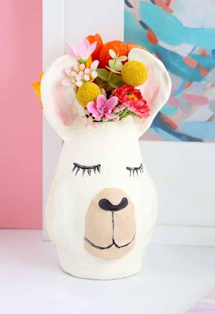 Esse vaso em forma de cabeça de urso ganhou flores coloridas de plástico