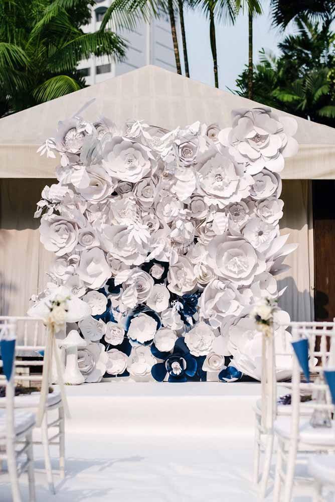 Festa de casamento decorada com mural de flores de papel gigante