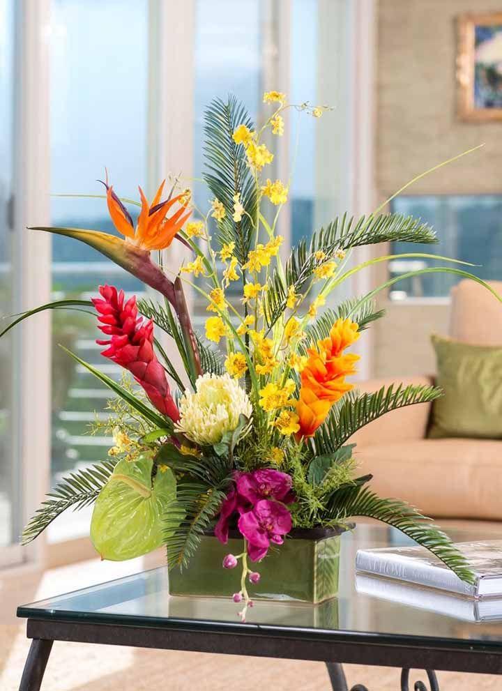 Pássaro do paraíso, orquídeas e bromélias decoram essa sala; detalhe: todas as flores e folhas são artificias