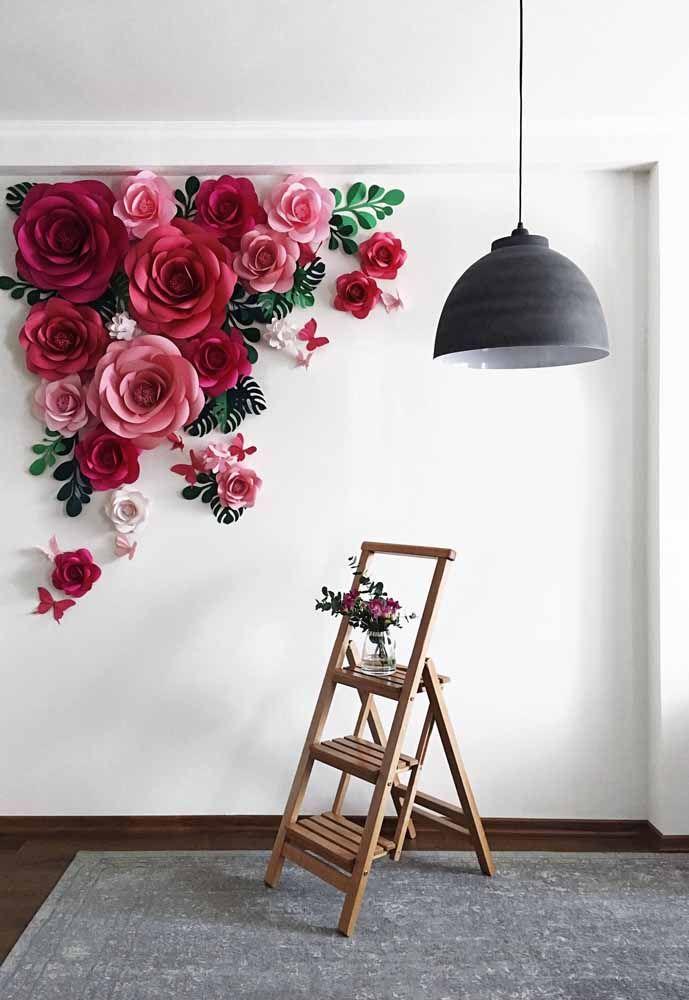 Painel de rosas gigantes em contraste com o branco da parede