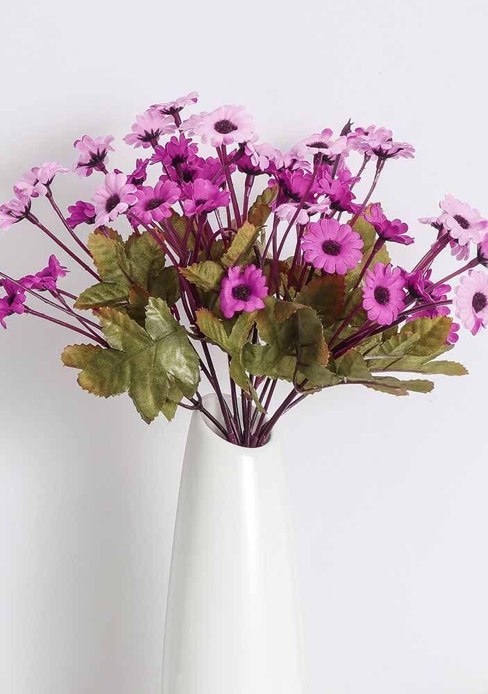 Flores pequenas e delicadas; repare que o vaso branco de tendência atual foi fundamental para a beleza do arranjo