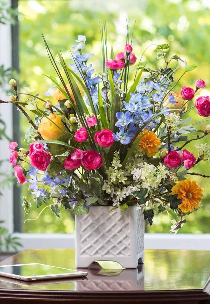 Misture folhas junto as flores para compor um vaso charmoso e despretensioso ao mesmo tempo