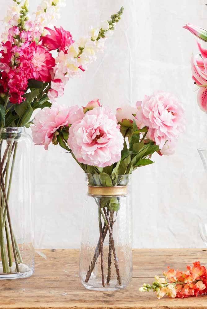 Composição com vasos em tamanhos diferentes com flores artificiais