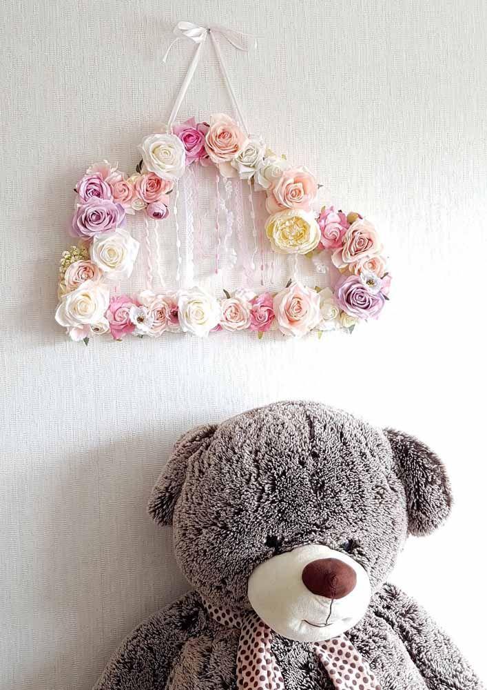 Arranjo de flores artificiais para parede em cores neutras e delicadas
