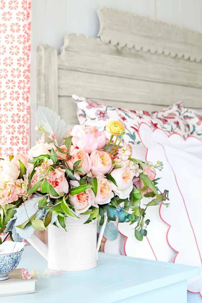 Um arranjo romântico para ficar ao lado da cama