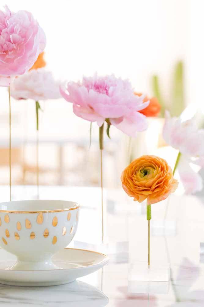 Algumas simples flores artificiais já são capazes de fazer toda a decoração da mesa da festa