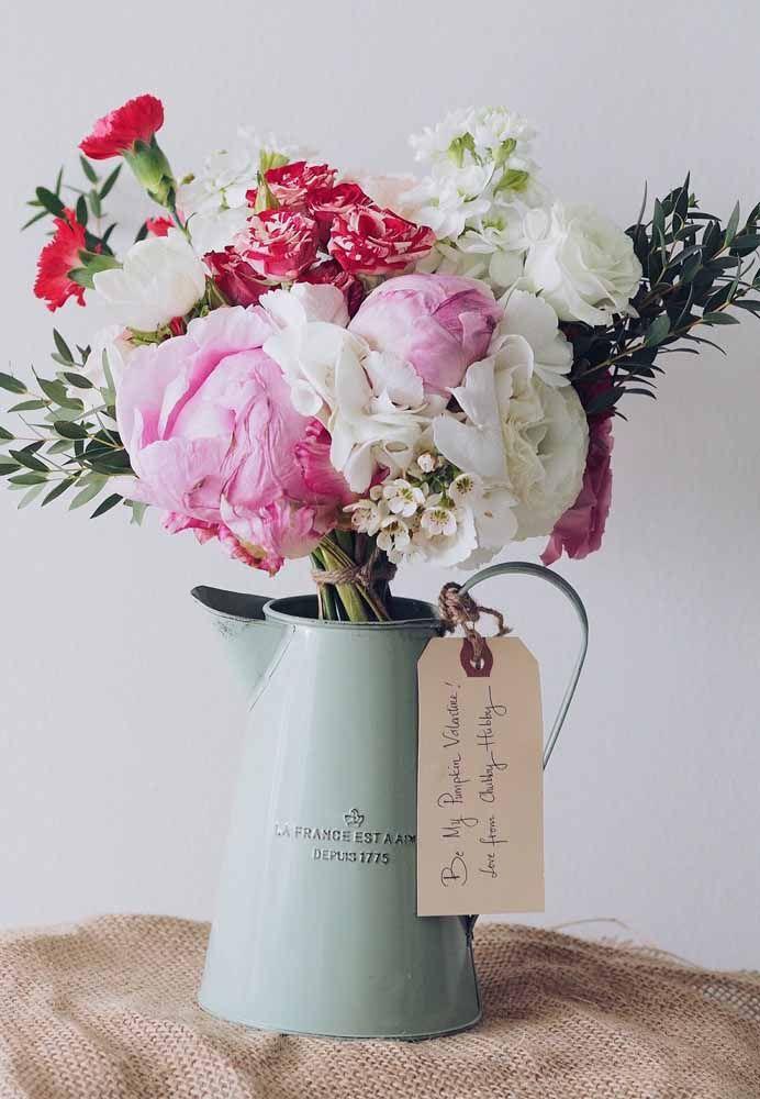 Um bule antigo pode se tornar o vaso ideal para abrigar suas flores artificiais