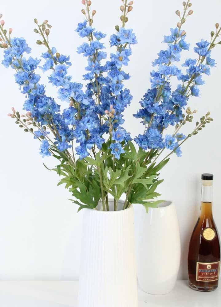 Flores azuis artificiais para criar contraste no ambiente branco