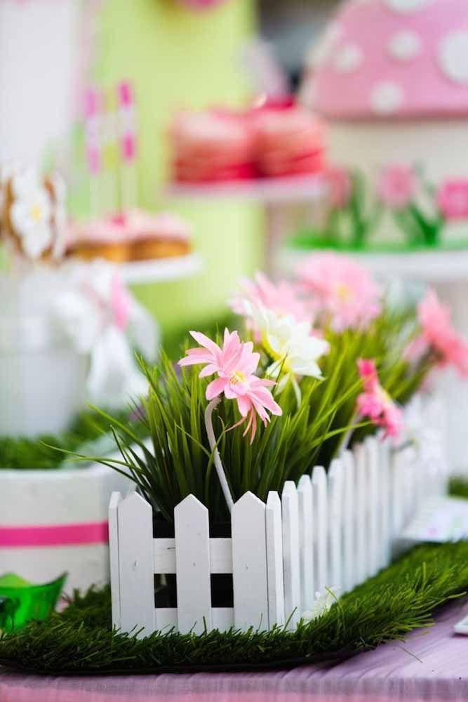Flores artificiais para decorar a mesa da festa de aniversário