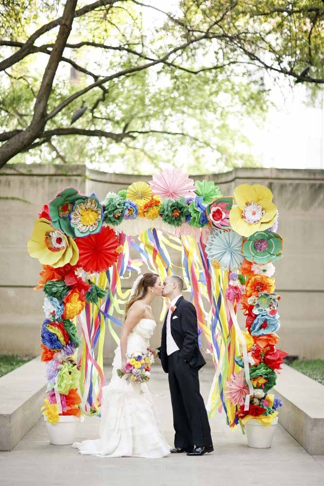 Colorido, alegre e divertido: arco de flores de papel para casamento