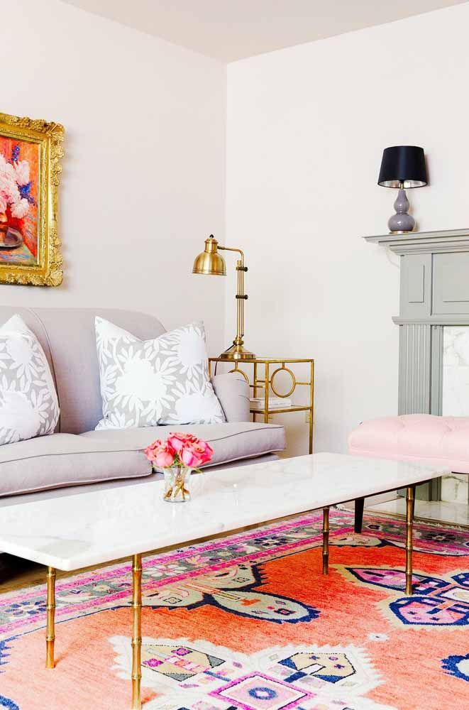 O toque de glamour dessa sala fica por conta do tapete persa e dos detalhes em dourado