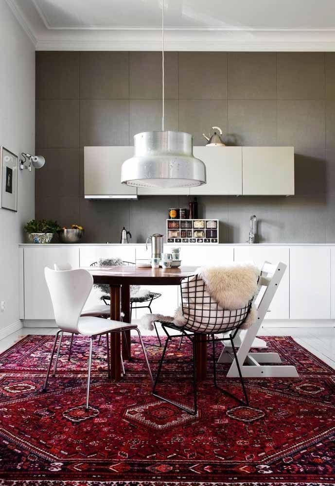 O que seria dessa cozinha branca sem esse tapete persa vermelho incrível?