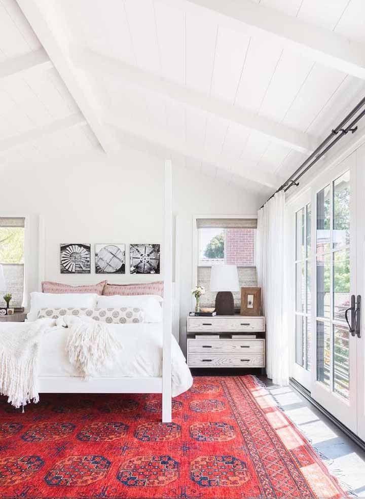 O quarto todo branco ganhou ânimo e vigor com o tapete persa vermelho