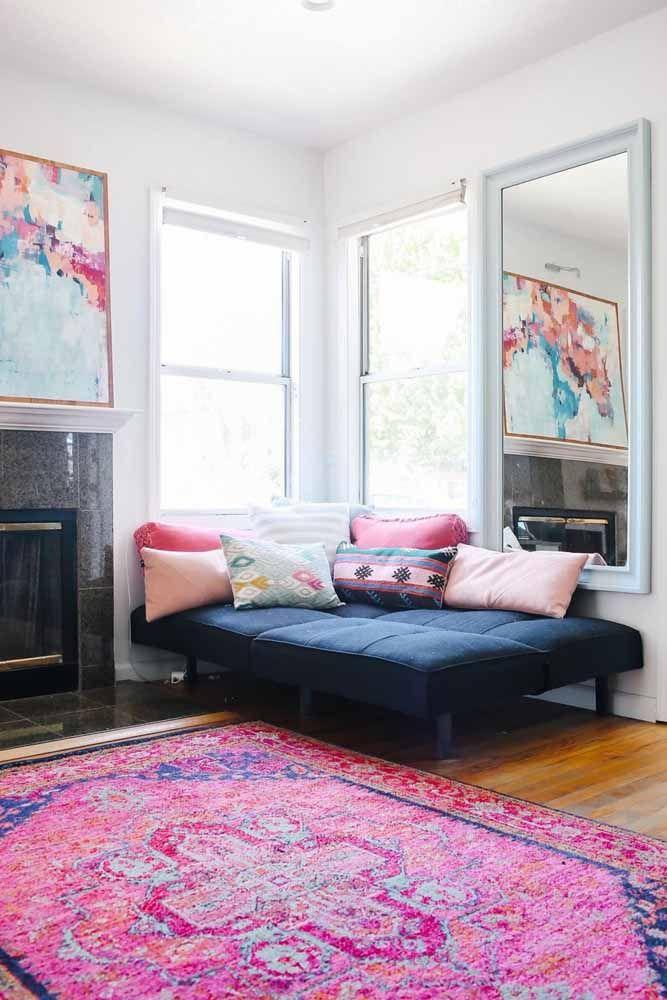 Rosa e azul: tons contrastantes para o tapete persa e para a decoração