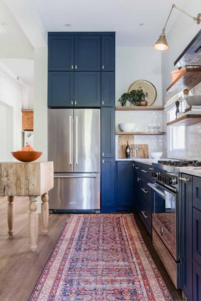 Essa passadeira persa se estende majestosamente sobre toda a faixa da cozinha