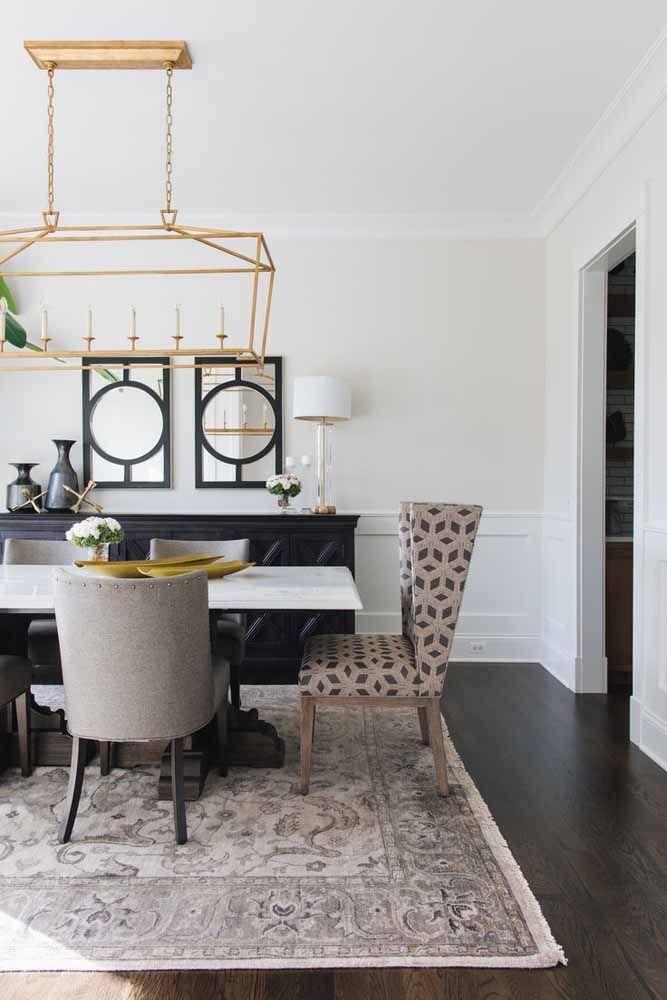 Tapete persa em tom claro combinando com as cadeiras da mesa de jantar