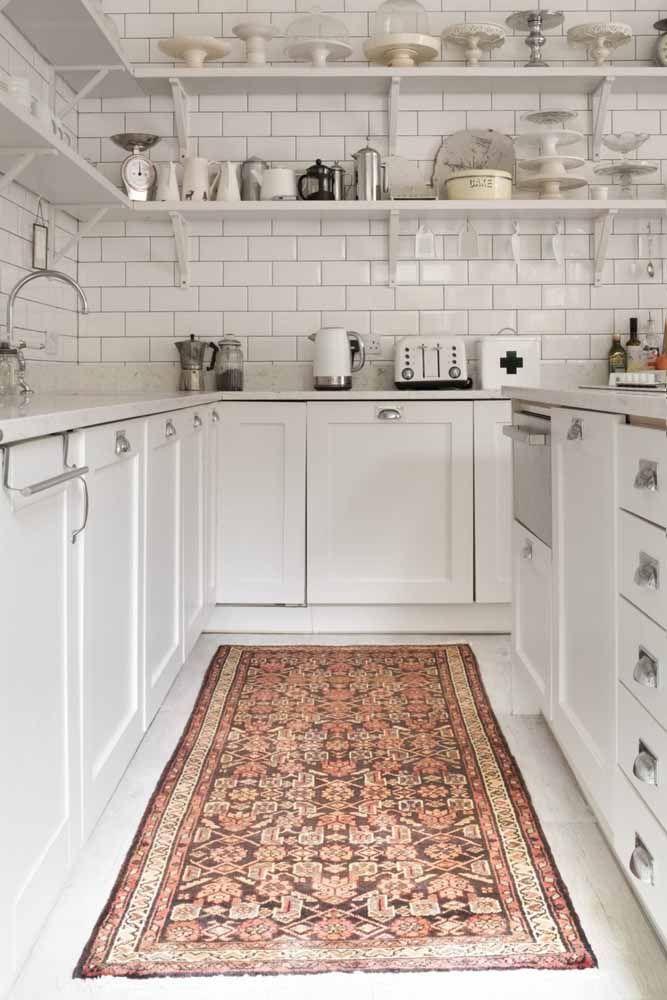 Na cozinha, a passadeira persa é decorativa e funcional