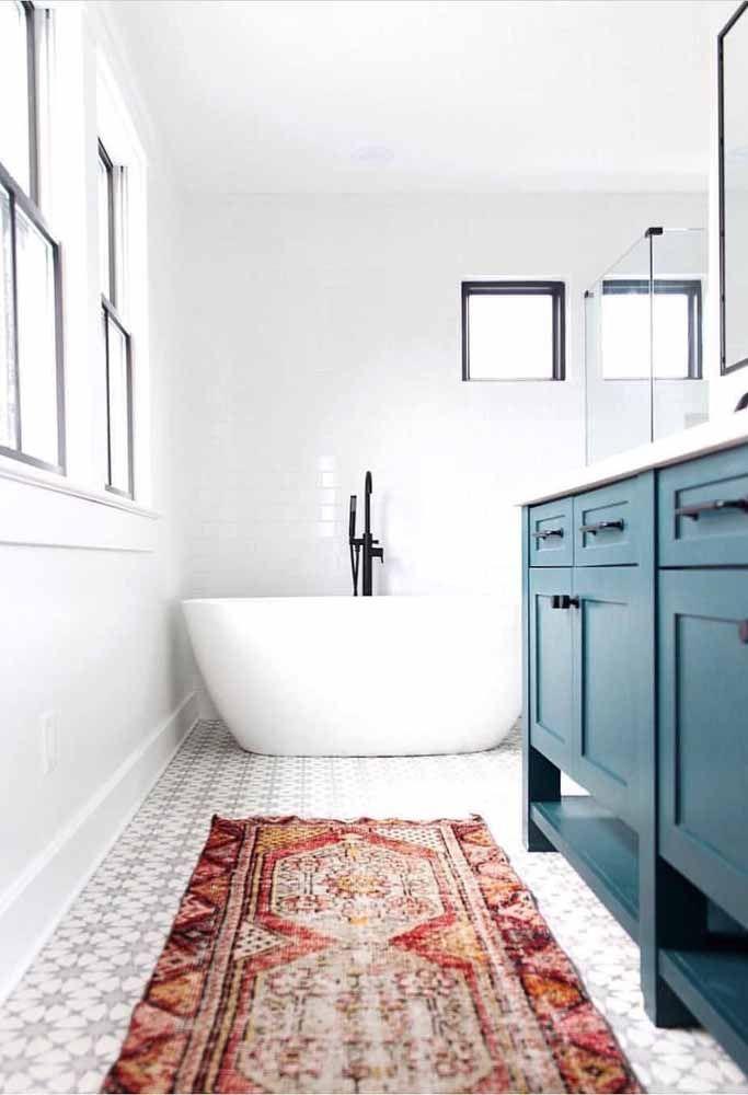 O tapete persa vermelho dá vida e alegria ao banheiro de tons neutros