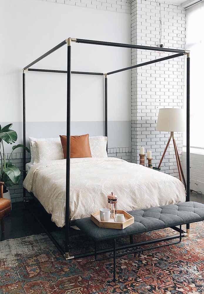 E no quarto do casal, o tapete persa foi usado entre a cama e o corredor de passagem