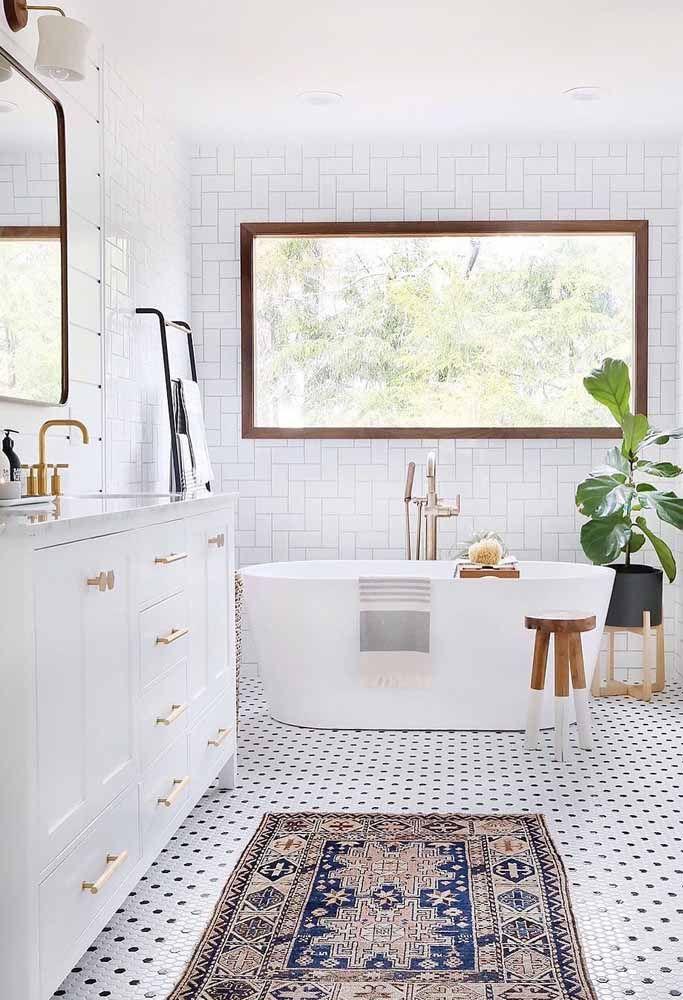 Banheiro de estilo escandinavo ganhou classe e refinamento com o tapete persa