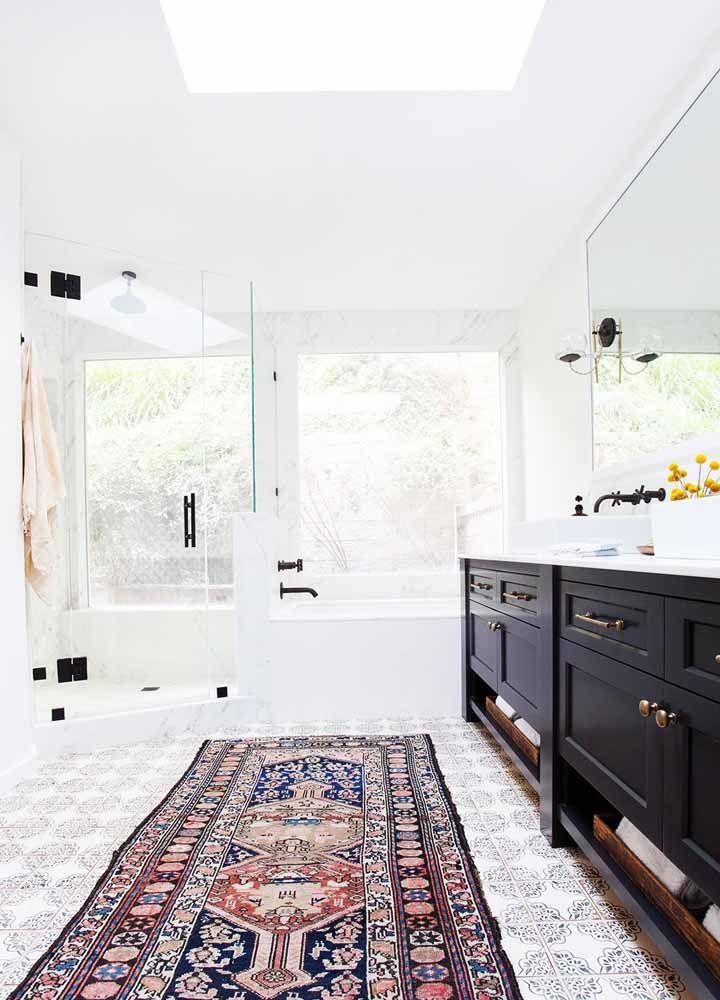 E que tal combinar azulejos portugueses com tapete persa? Olha o resultado