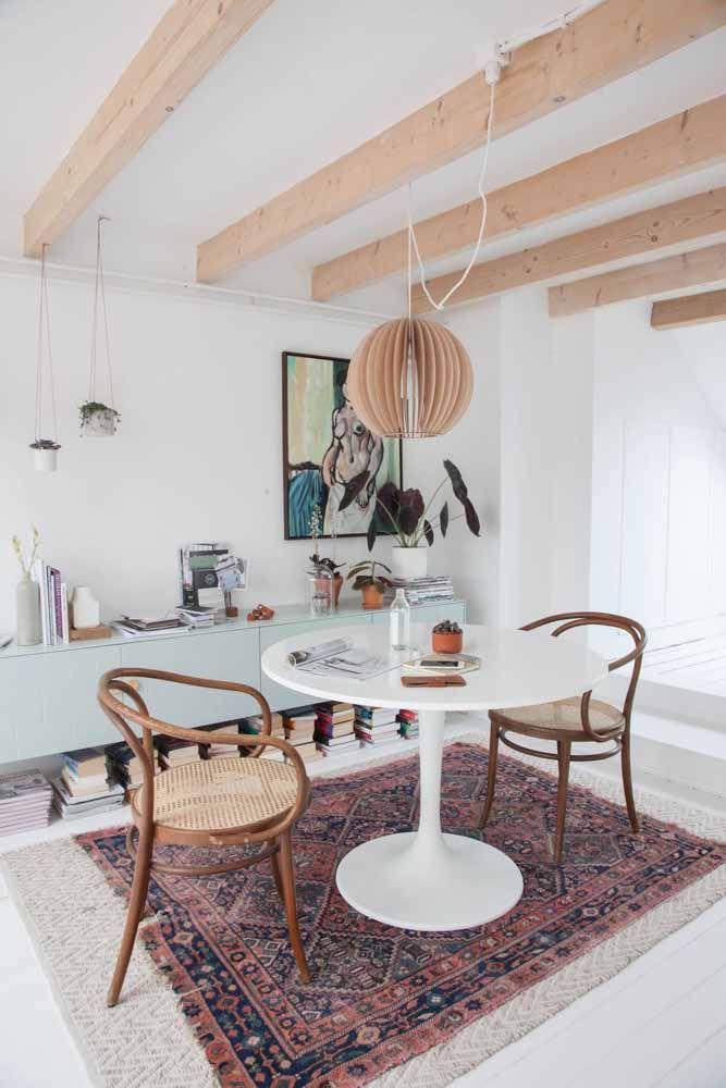 O tapete persa aquece e colore o ambiente de tons claros e neutros