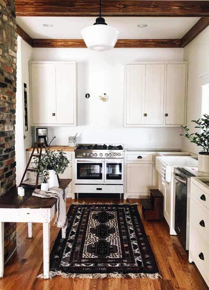 Decoração preta e branca clássica com um tapete persa mais clássico ainda