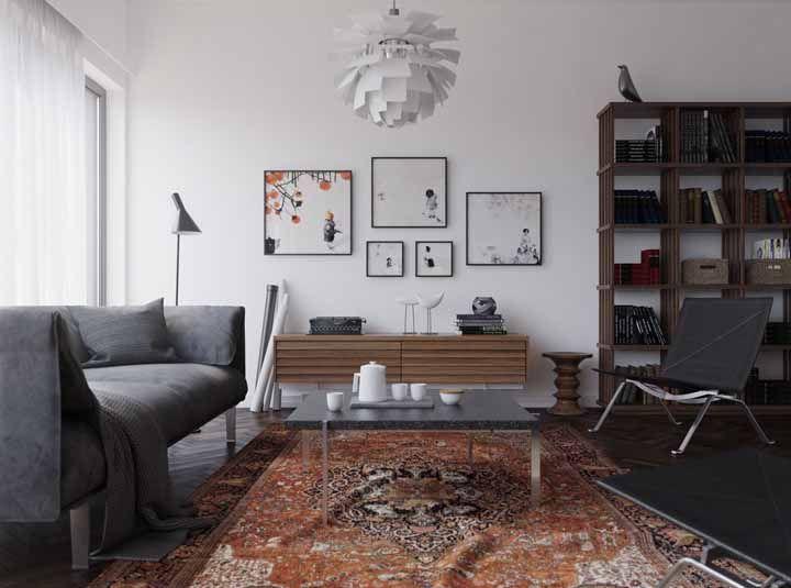 Para rebater a monotonia cinza e branca da sala, um tapete persa em tons terrosos