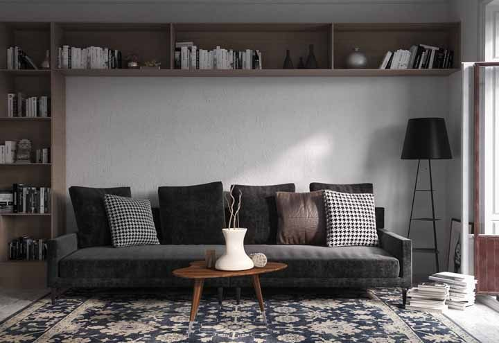 A elegância e a presença marcante do preto combinado ao clássico e luxuoso tapete persa: uma combinação que não tem como dar errado