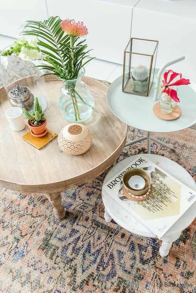 O tom amadeirado da mesinha se equilibrou perfeitamente com a cor do tapete persa