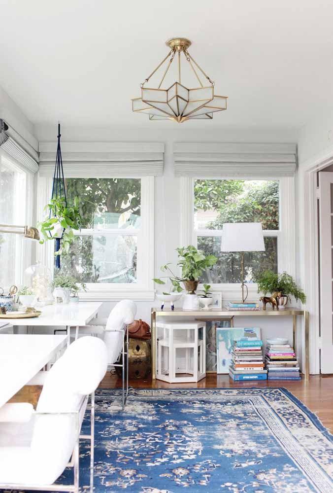 Um chão azul e florido para contrastar o branco predominante
