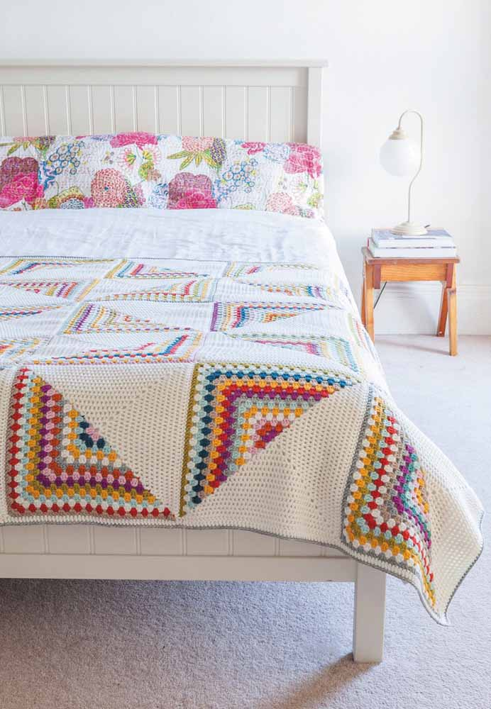 Usando formatos e cores diferentes você consegue fazer uma linda colcha para sua cama