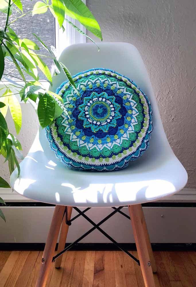 Uma almofada de crochê no formato de mandala