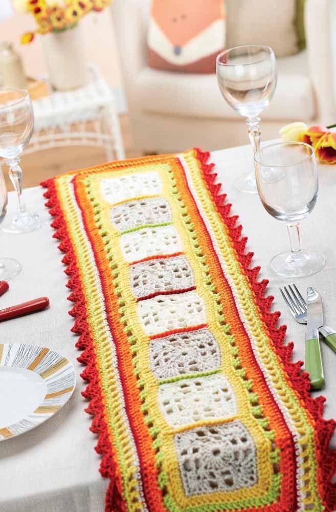 Aposte nas cores fortes para decorar a mesa da sua casa