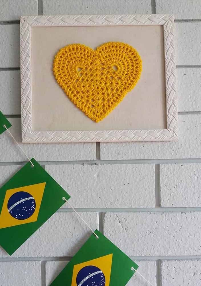 Que tal fazer um quadro usando uma figura feita de crochê?