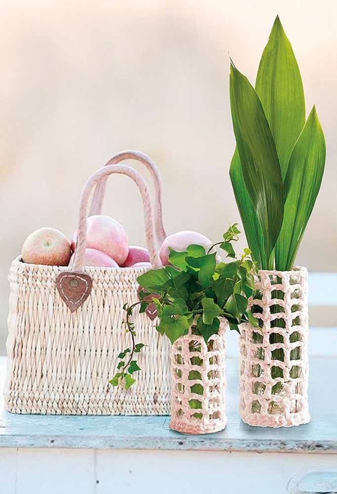 Que tal fazer uma capinha de crochê para os vasos das plantas?