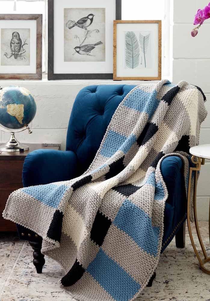 Olha o luxo que ficou a poltrona azul com a manta combinando