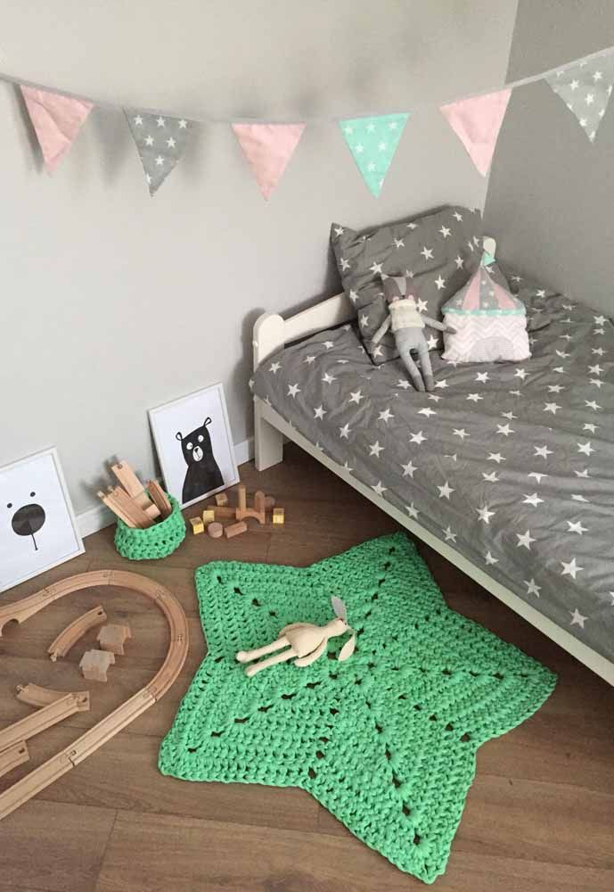 A cor verde pode muito bem combinar com o tom cinza e o piso de madeira