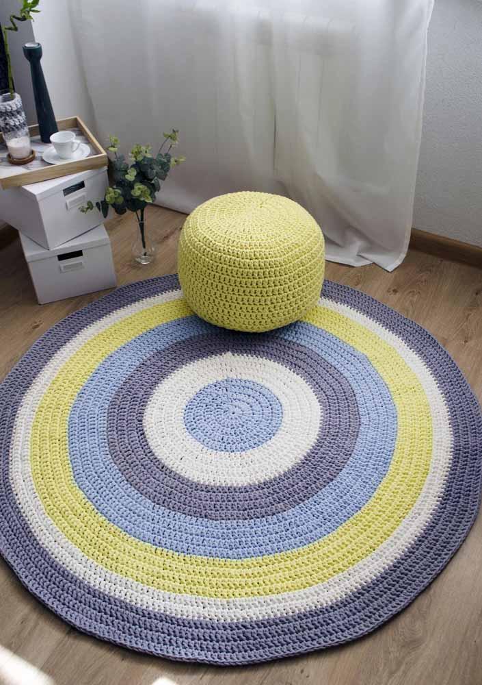 Faça um tapete de crochê diferenciado para colocar no cantinho da sala