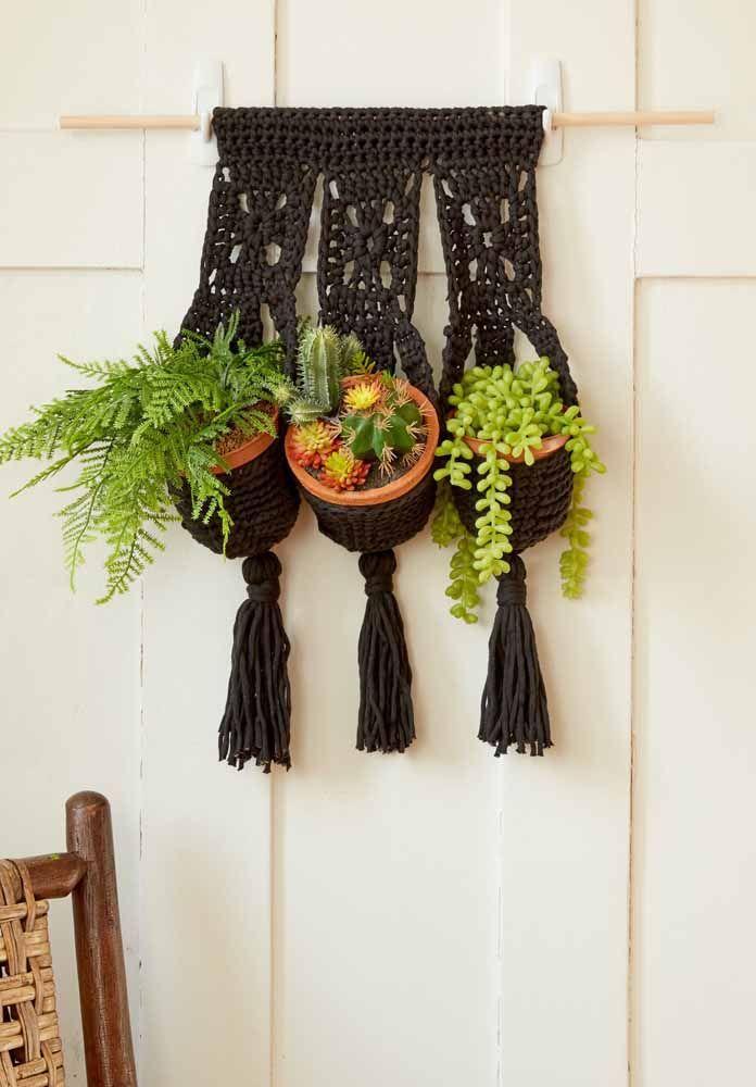 Já viu um porta vaso de crochê? Saiba que você pode criar vários deles e pendurar na parede